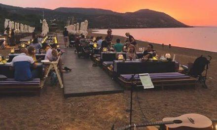 Φωτισμός και μουσική στην παραλία του ξενοδοχείου Άνασσα