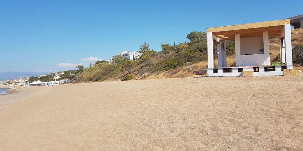 Παράνομες επεμβάσεις στην παραλία Ασπρόκρεμου
